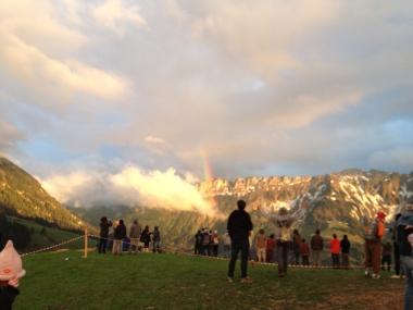 Ein Regenbogen wächst aus den Wolken
